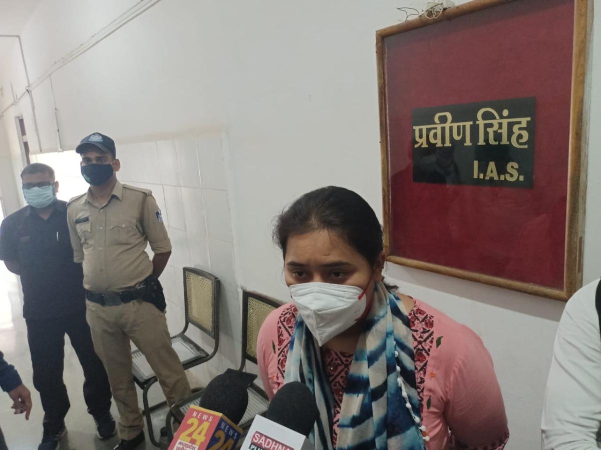 Visha Wadhwani talking to media in Burhanpur on Wednesday