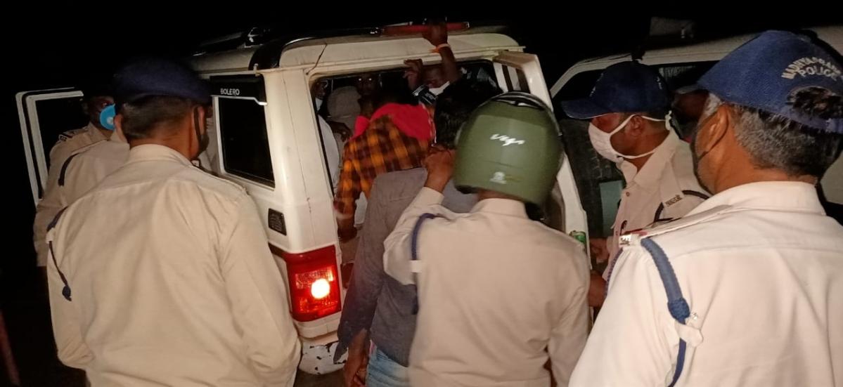 Madhya Pradesh- Cops, admin officers' team attacked in Chhindwara Four sustain injuries