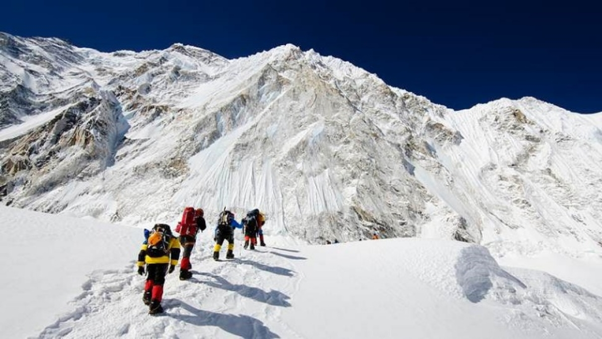 Guide claims 100 COVID-19 cases on Mount Everest