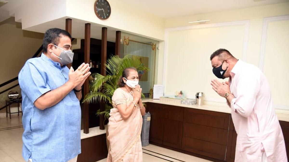 Sanjay Dutt meets Union Minister Nitin Gadkari at his Nagpur residence; see pics