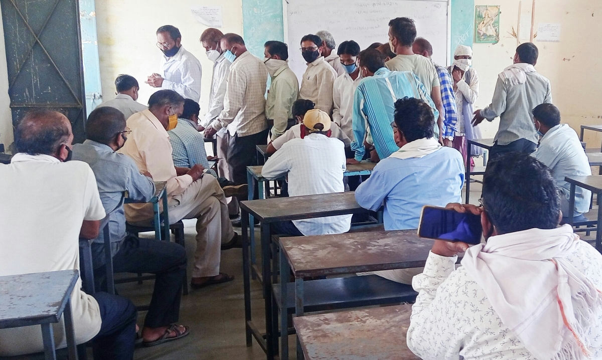 Dhar: Teachers avoid being inoculated in Gandhwani tehsil, only 553 out of 899 go for jabs