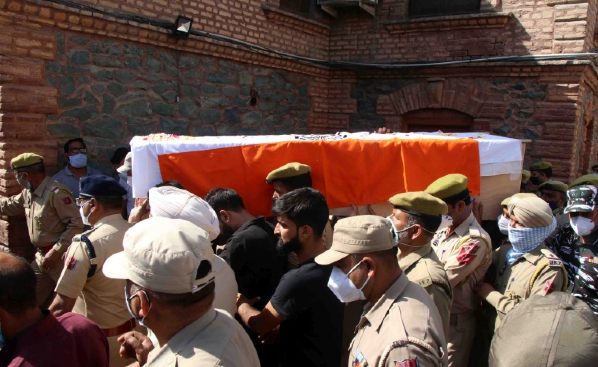 See pics: Kashmir security officials pay rich tributes to two policemen who lost their lives in Sopore terrorist attack