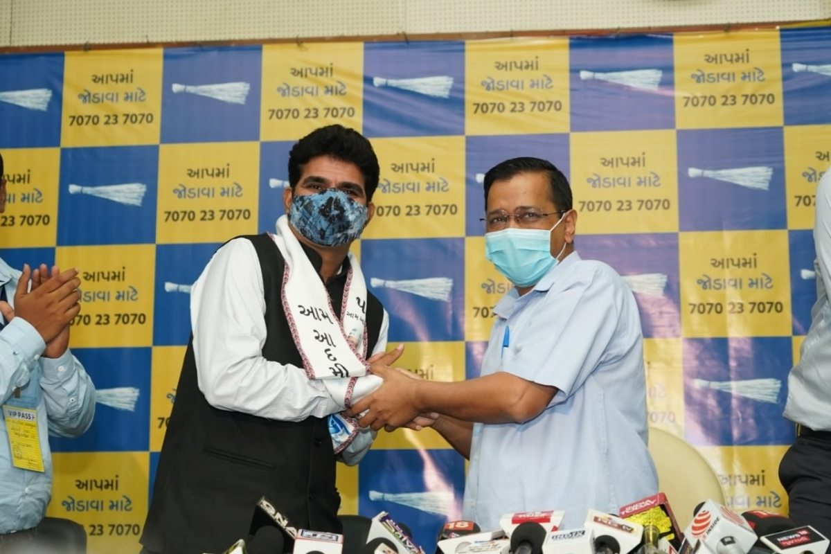 Former Gujarat TV anchor Isudan Gadhvi being welcomed into the party by AAP chief and Delhi CM Arvind Kejriwal on June 14, 2021