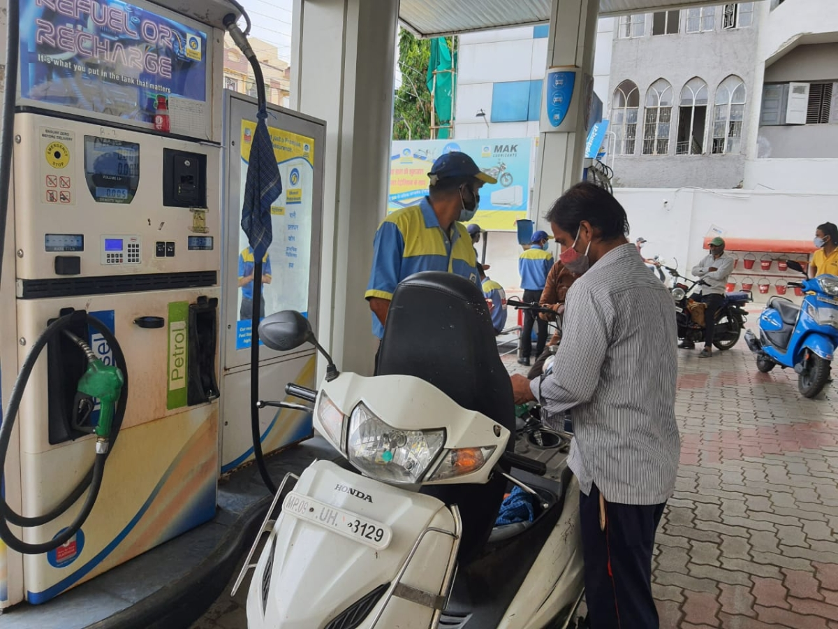 Indore: Everyone unhappy with rising petrol prices, premium selling at Rs 106+, Rs 103+ for regular