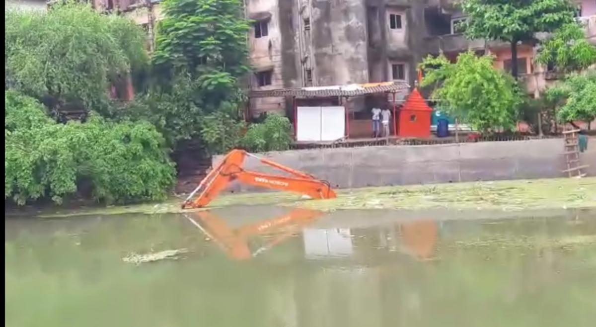 JCB Poclain machine inside Diva Lake