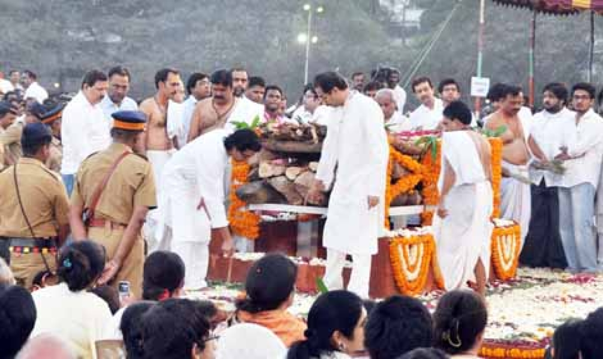 UNITED IN GRIEF: Amidst the chanting of holy mantras, Uddhav led Raj by his hand