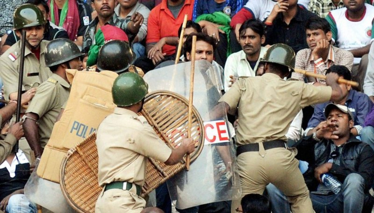Maharashtra: Police lathi charge NCP workers during CM fadnavis' tour at Jalna