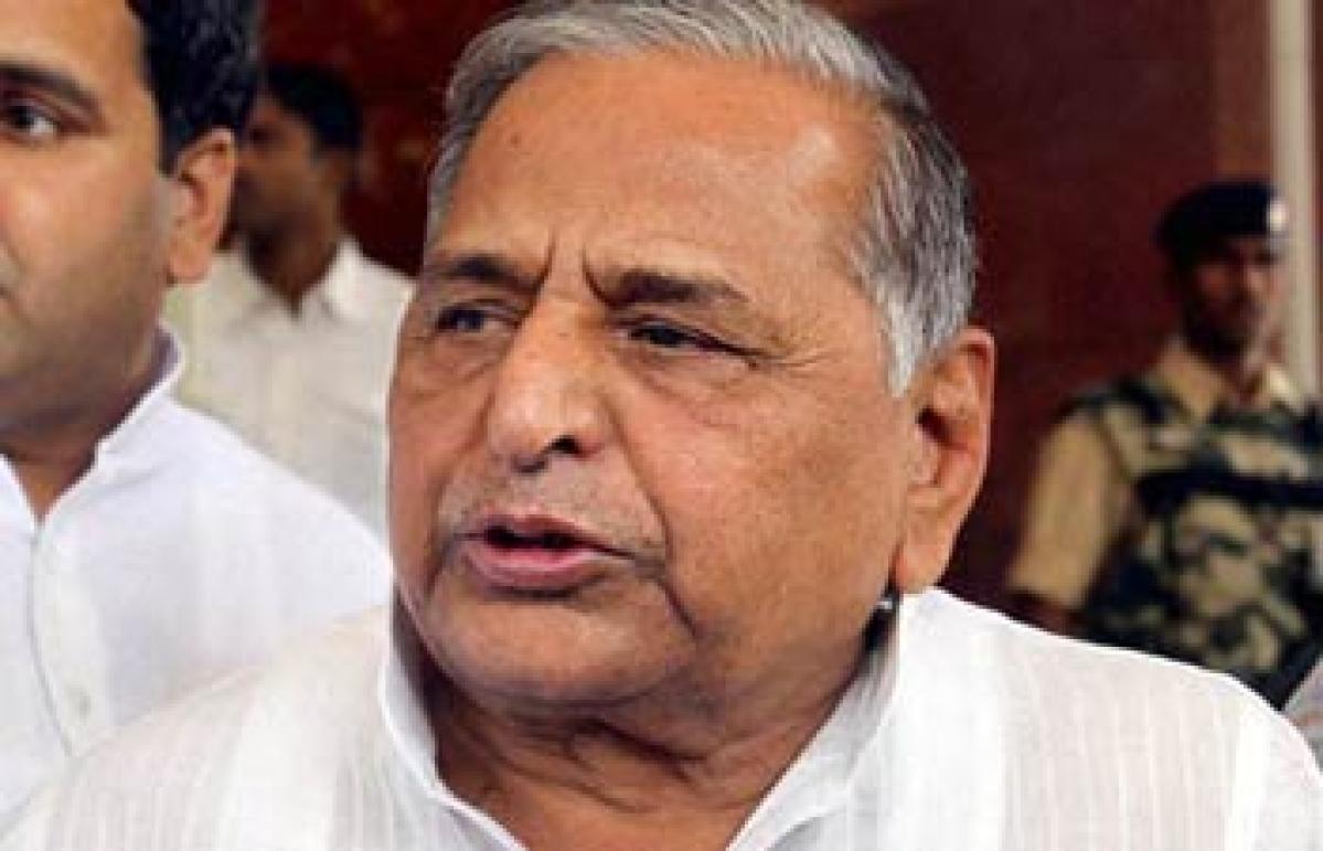 Mulayam praises Advani, tells son to put house in order