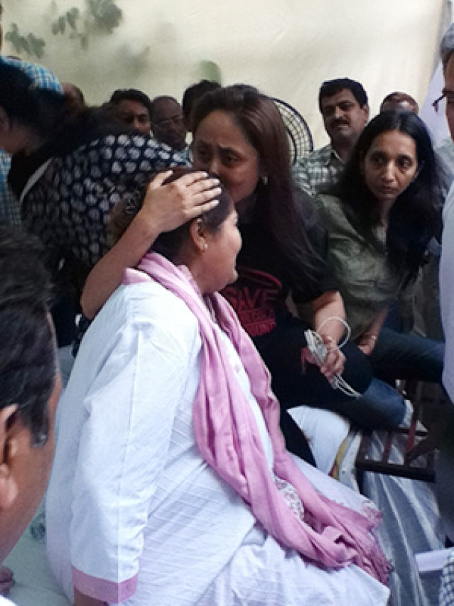Residents break down in front of Ashish Shelar, City chief of Bharatiya Janata Party