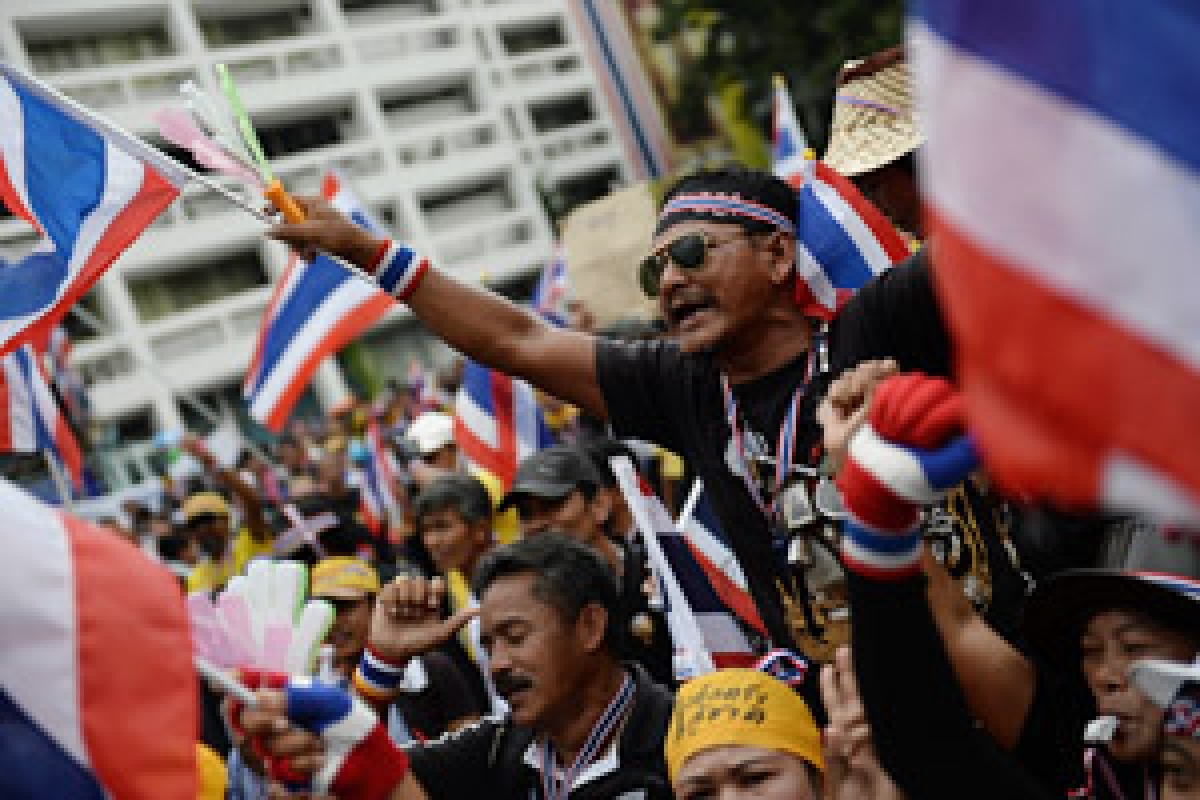 Thai protesters continue to besiege government offices