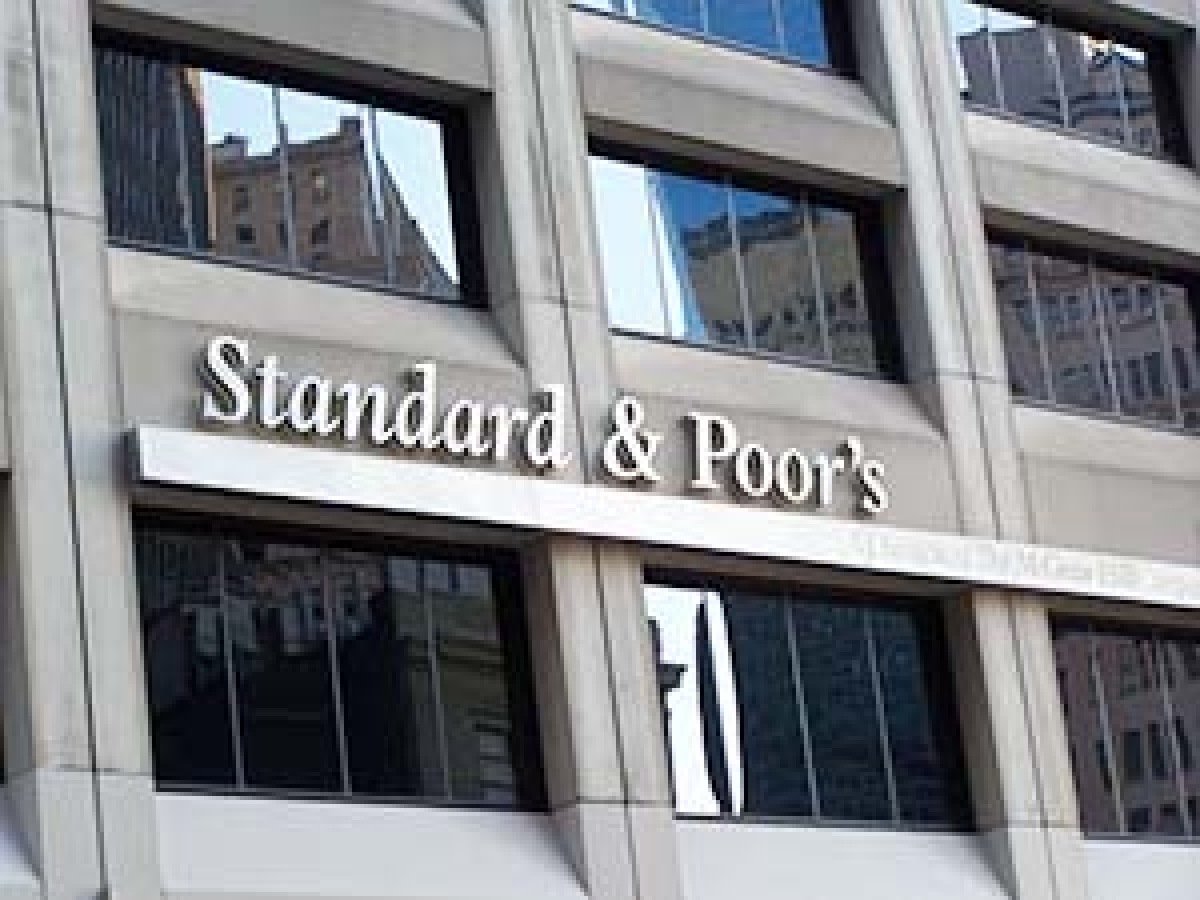 Fiscal deficit, low income constrain India's rating: S&P