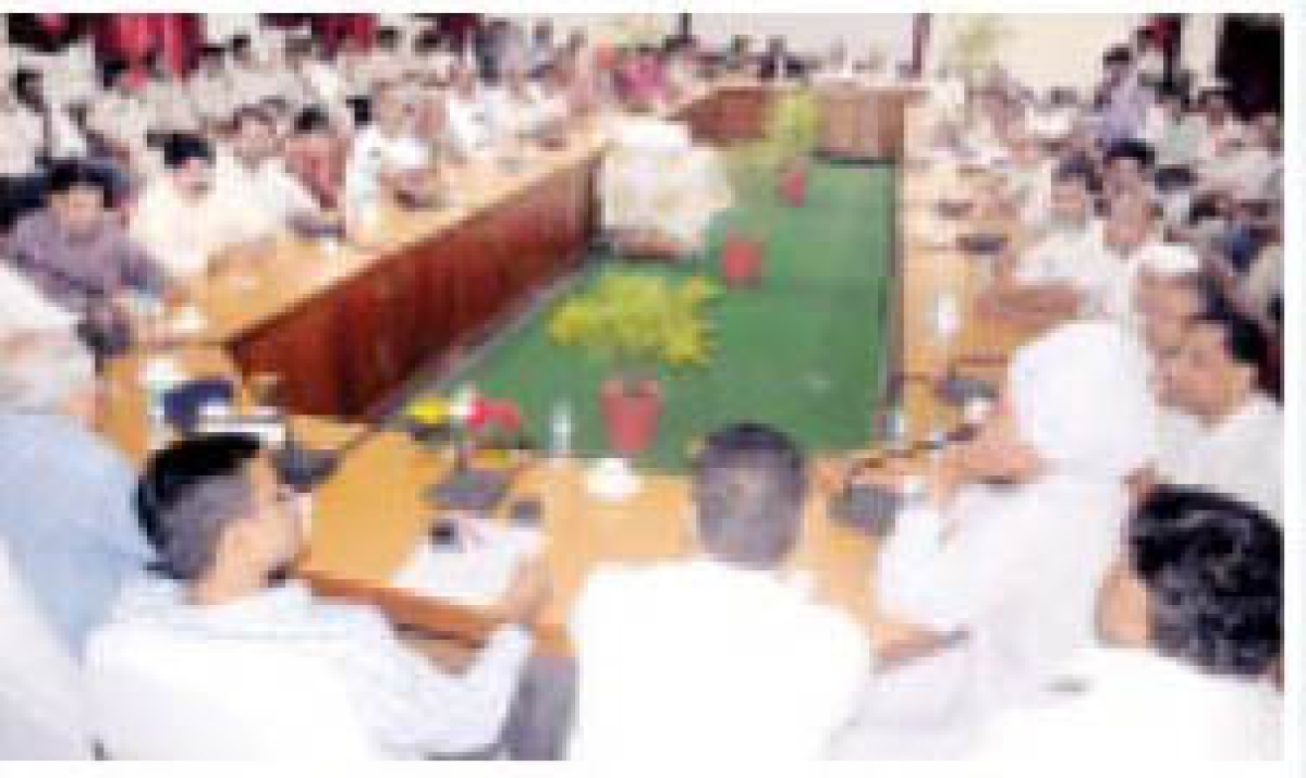 Cong leaders praise officials; BJP leaders pull them
