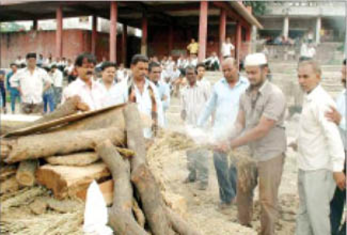 Muslim youth performs cremation