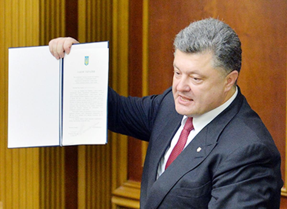 Ukraine ratifies association with  EU, offers special status to rebels