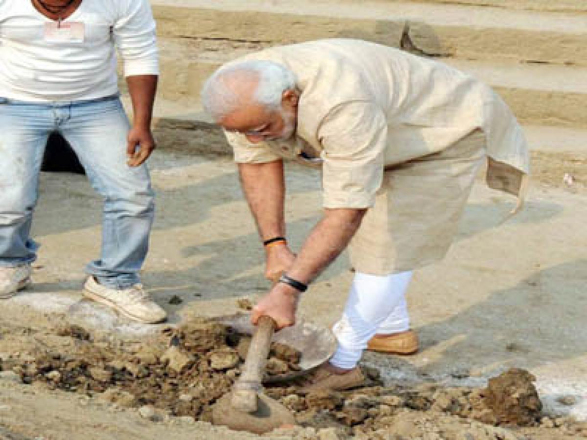 Surprise, Modi names Akhilesh for ''Clean India'' drive!