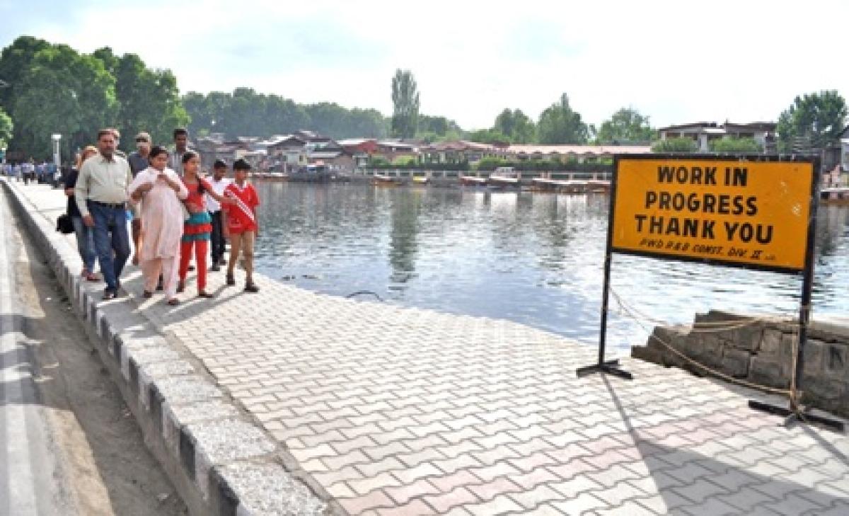 Parapet walls around Dal Lake in Kashmir to be restored