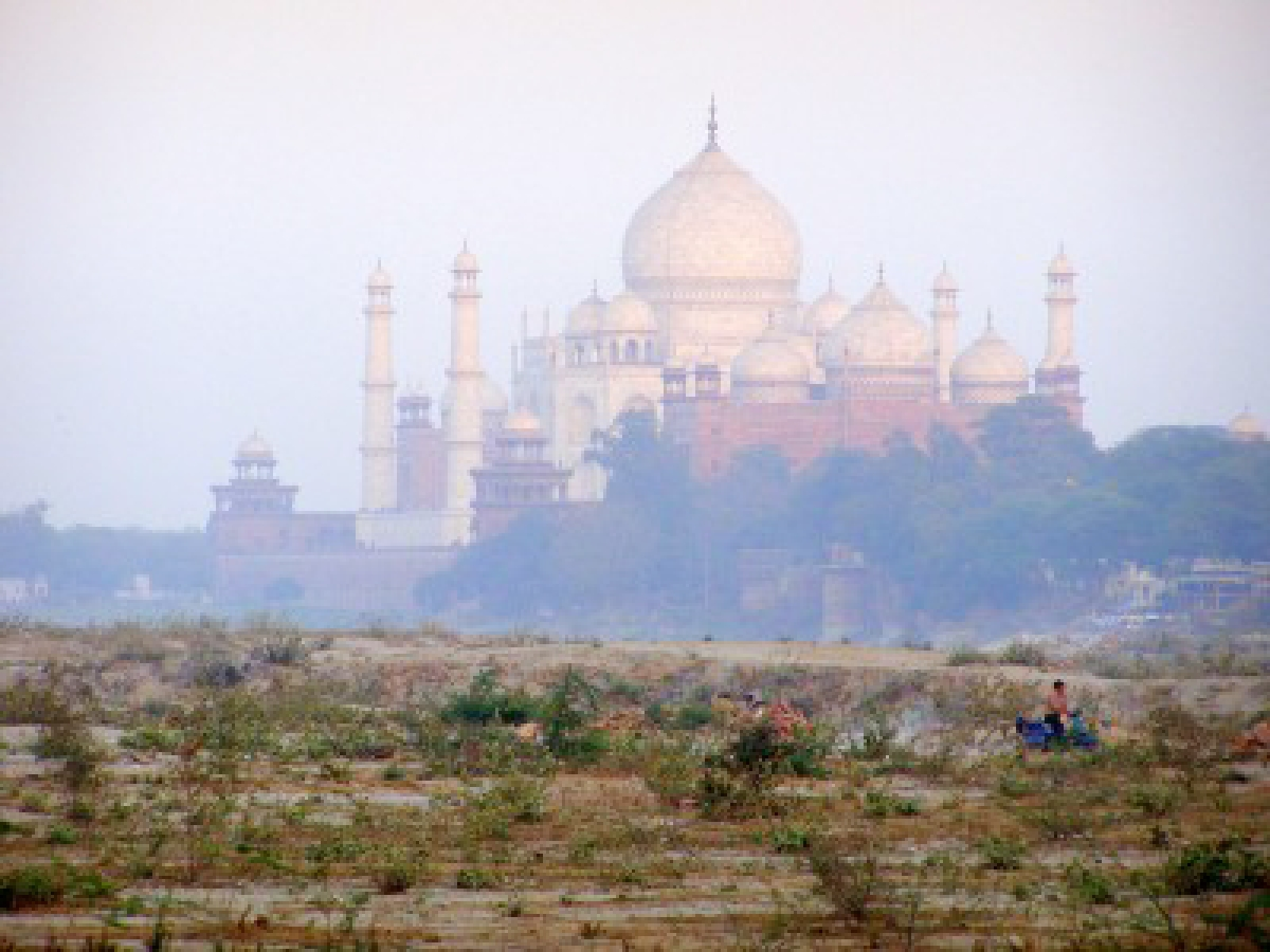 What kinds of pollutants are ruining Taj Mahal`s white marble revealed