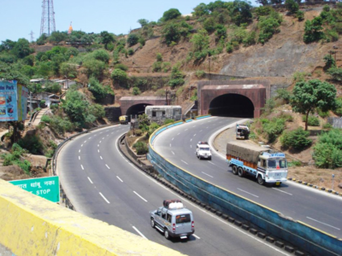 Oil leakage on Mumbai-Pune expressway disrupts traffic