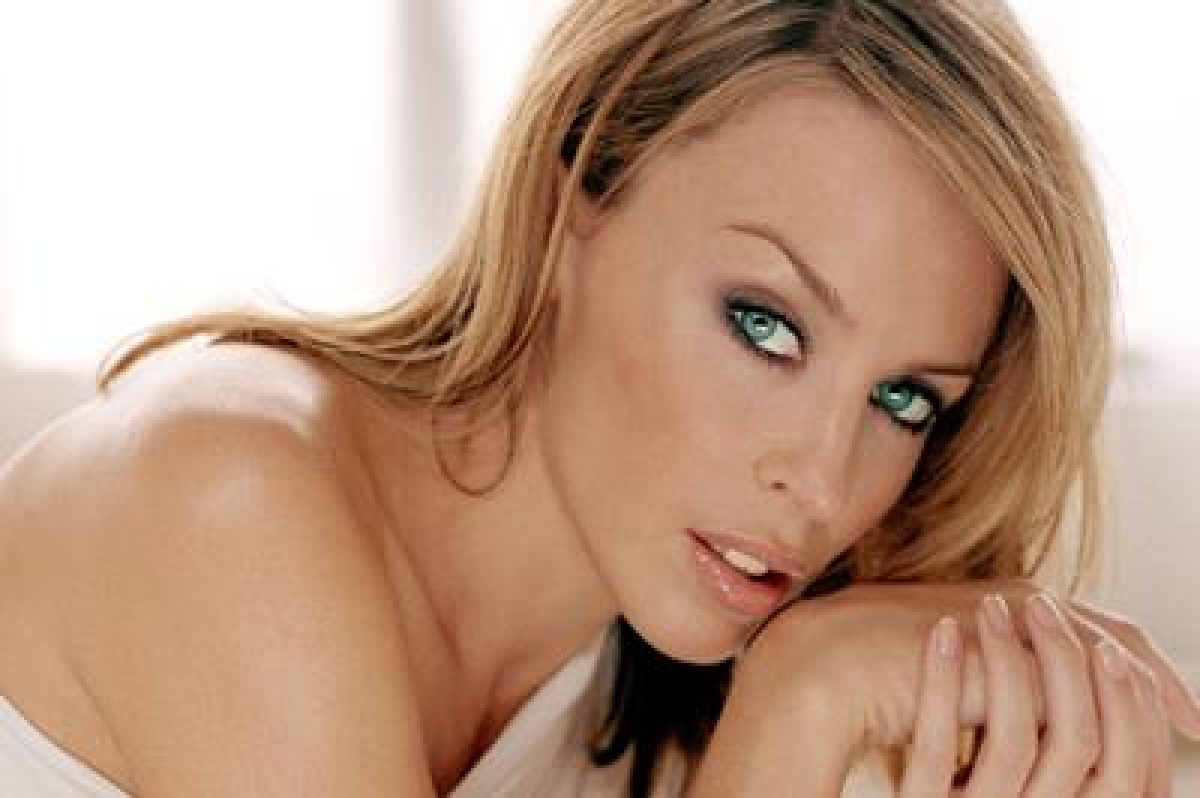 Kylie Minogue backs Jolie's decision to speak publicly about removing her ovaries