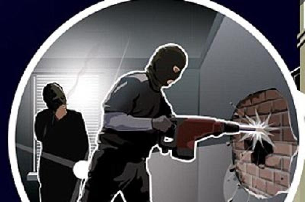 Bhopal: 3 men thrash, rob trader of Rs 4.10 lakh near PS