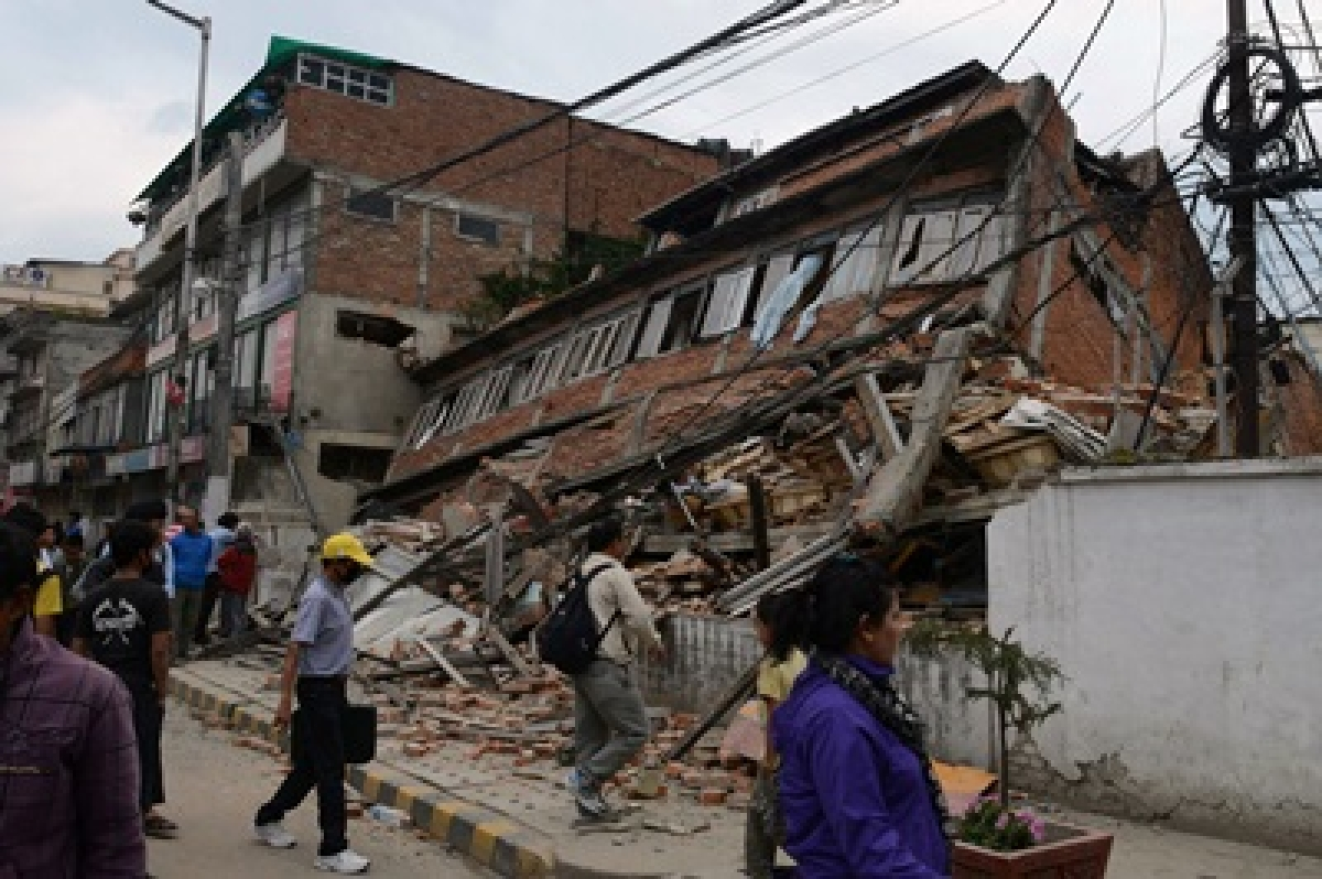 Nepal quake: Toll rises to nearly 900
