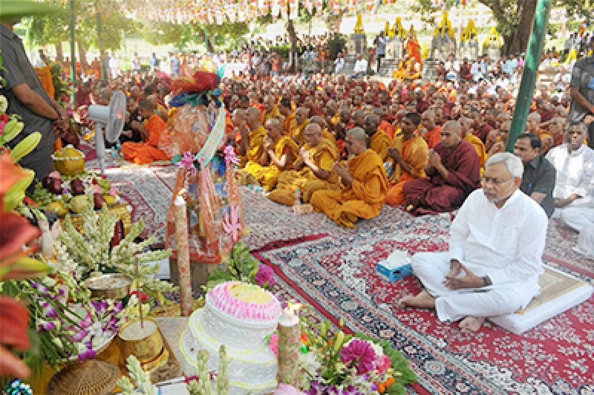 Nitish prays at Mahabodhi temple for quake victims
