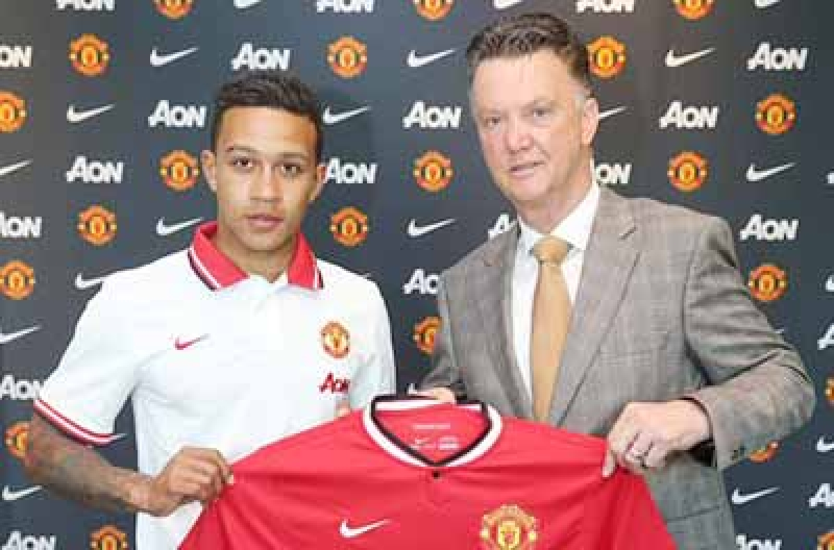 Memphis Depay (L) with Manchester United manager Louis  van Gaal