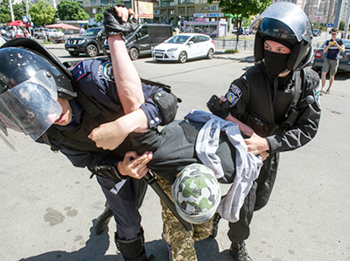 Kiev gay rights march  ends in injuries, arrests