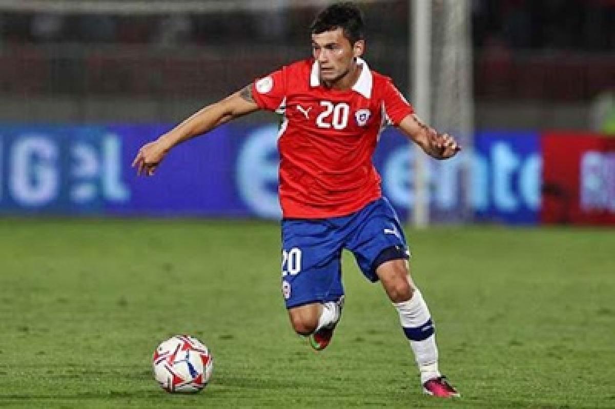 Charles Aranguiz helps Chile secure top spot