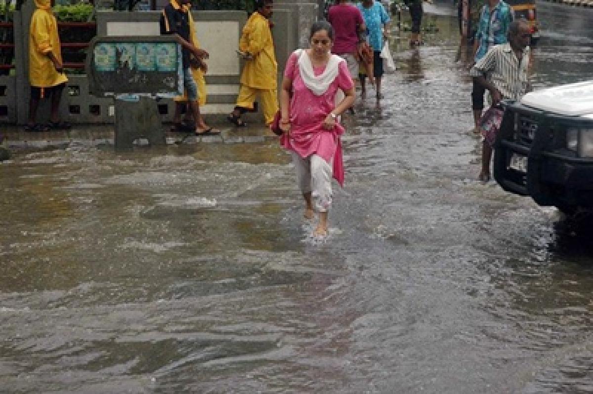 Heavy rain causes water logging in low lying areas of Mumbai