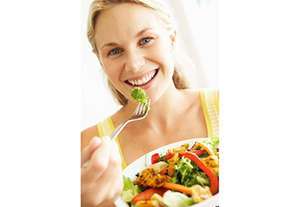 B7JCX4 Mid Adult Woman Eating A Healthy Salad