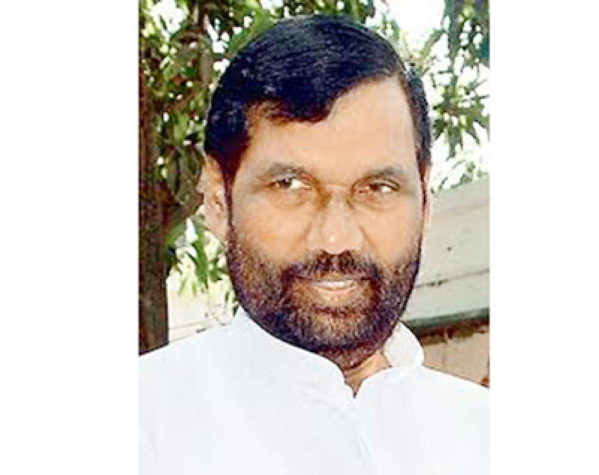 Lalu, Nitish indulge in caste politics: Paswan