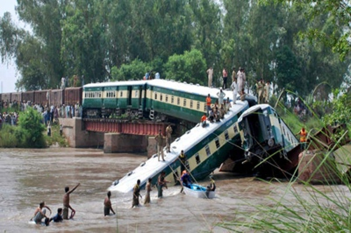 Pakistan train accident: 19 bodies recovered from canal