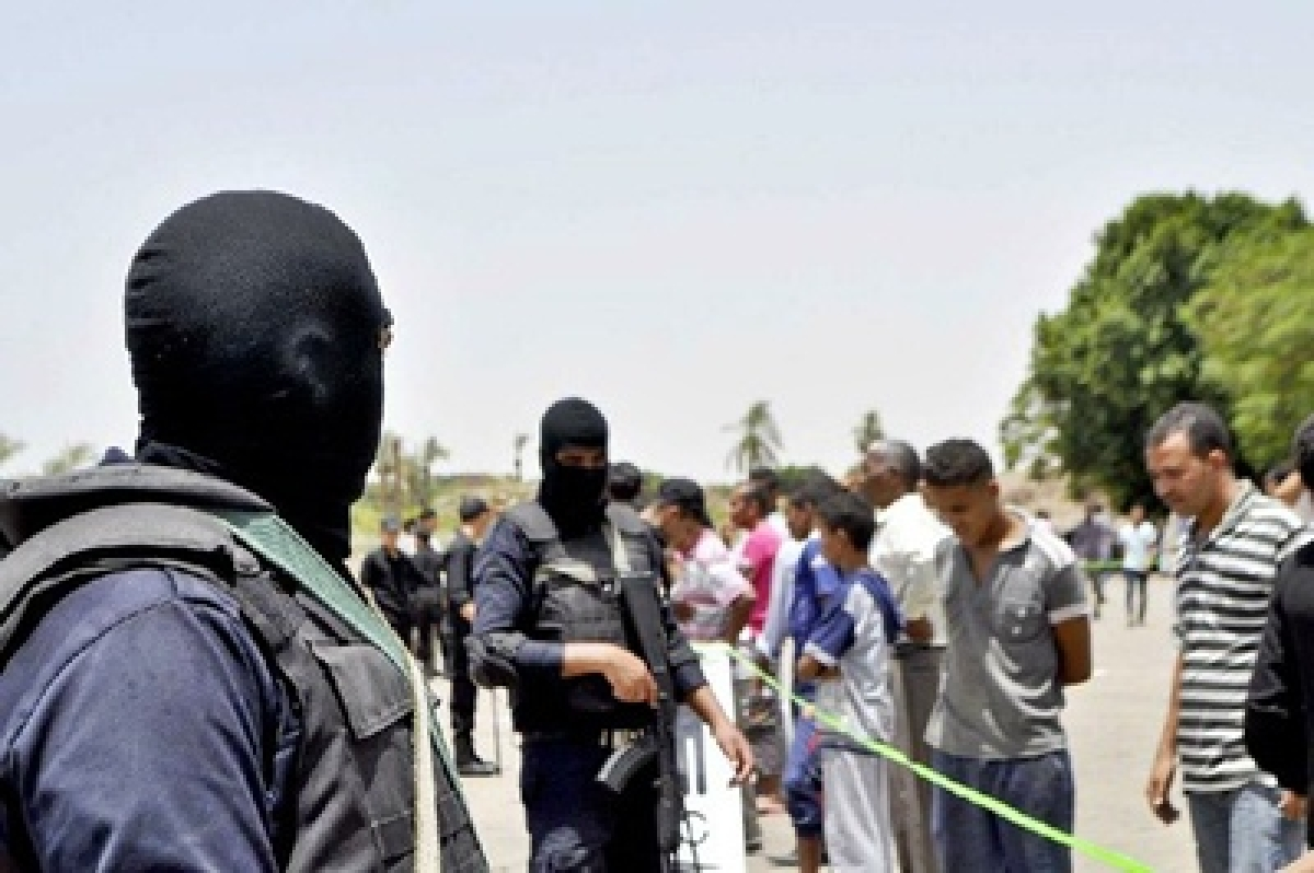 60 killed as suicide bombers attack army checkpoints in Egypt