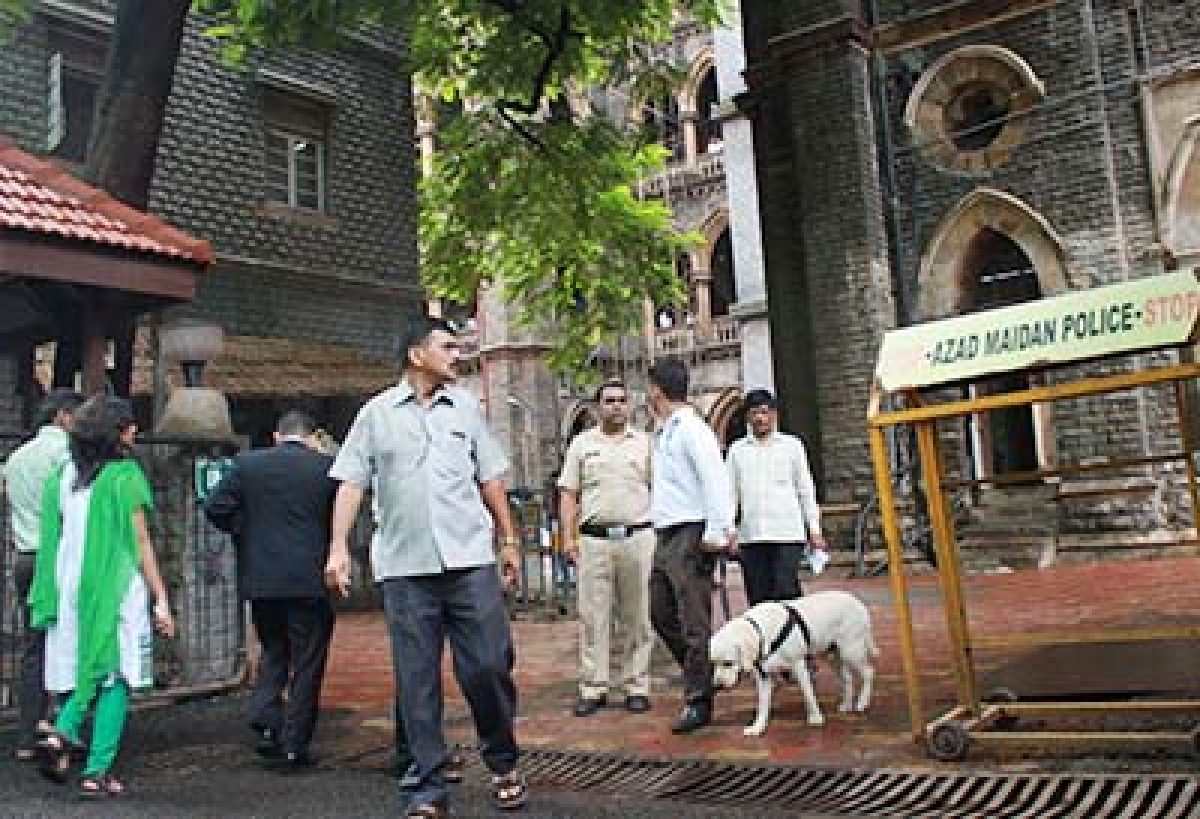Mumbai Police Dogs Squad detecting during High Alert at Bombay High court, In Mumbai on Monday... Photo by Bhushan Koyande