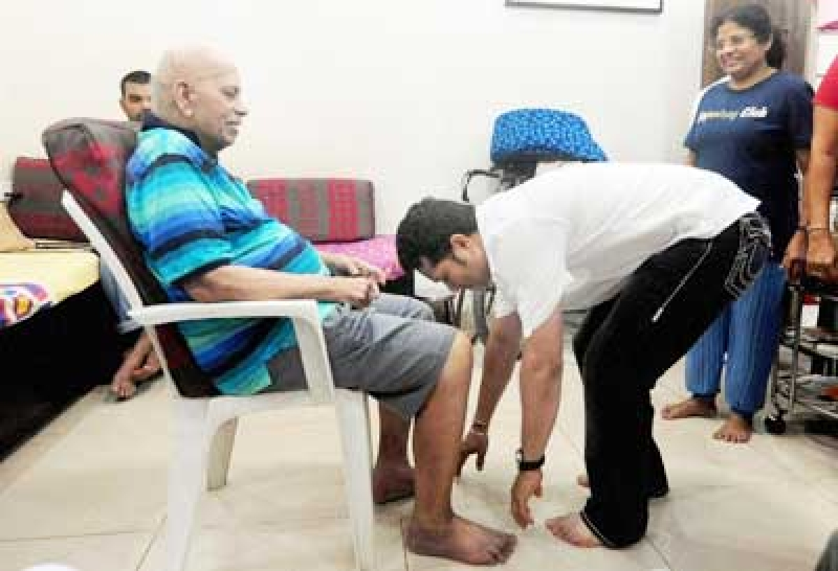 Sachin takes coach Achrekar's blessings