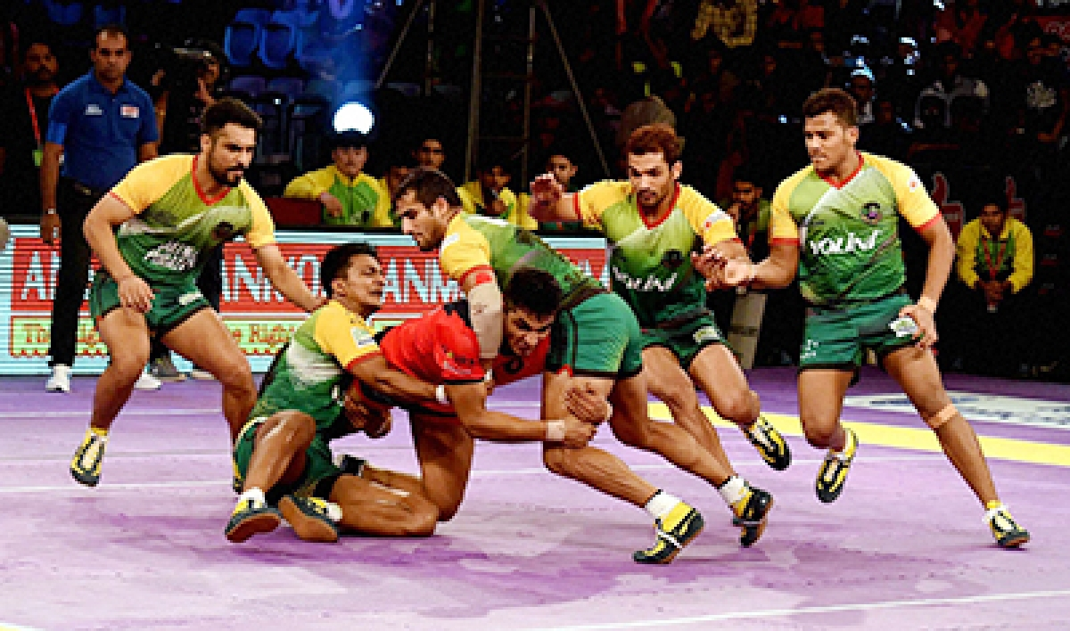 New Delhi: Players of  Patna Pirates, green and Dabang Delhi Red in action during the Pro Kabaddi League match at Tyagraj Indoor Stadium in New Delhi on Sunday. PTI Photo by Atul Yadav