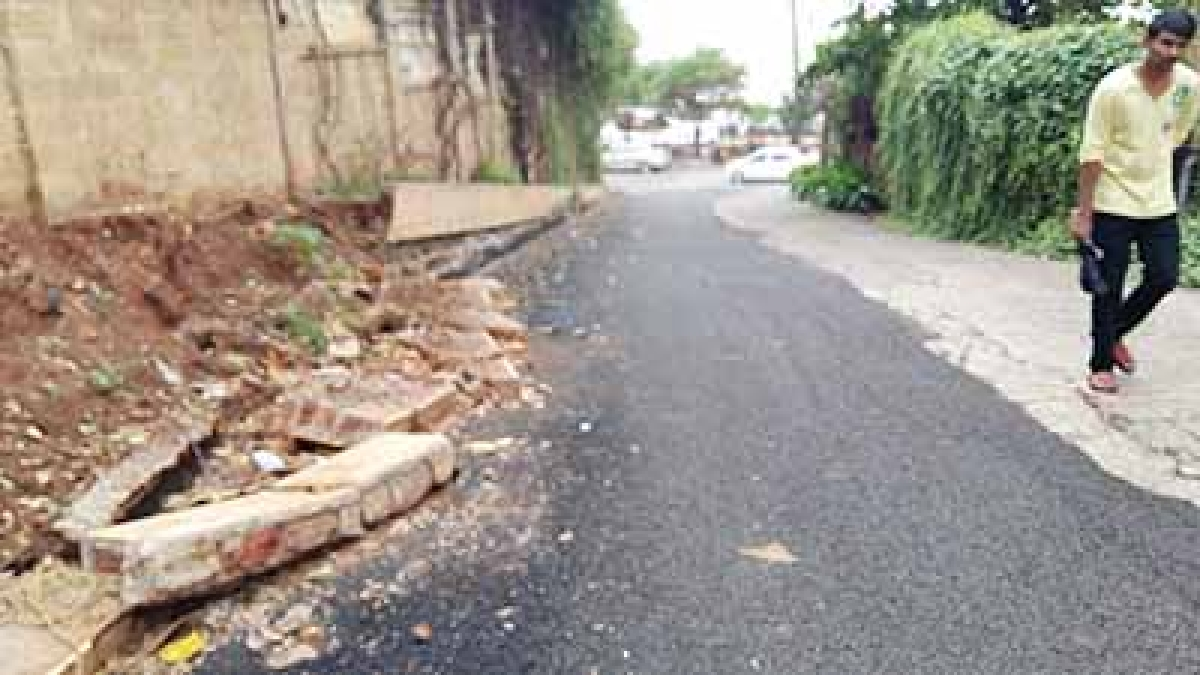 Debris from SRK's house drive locals up the wall