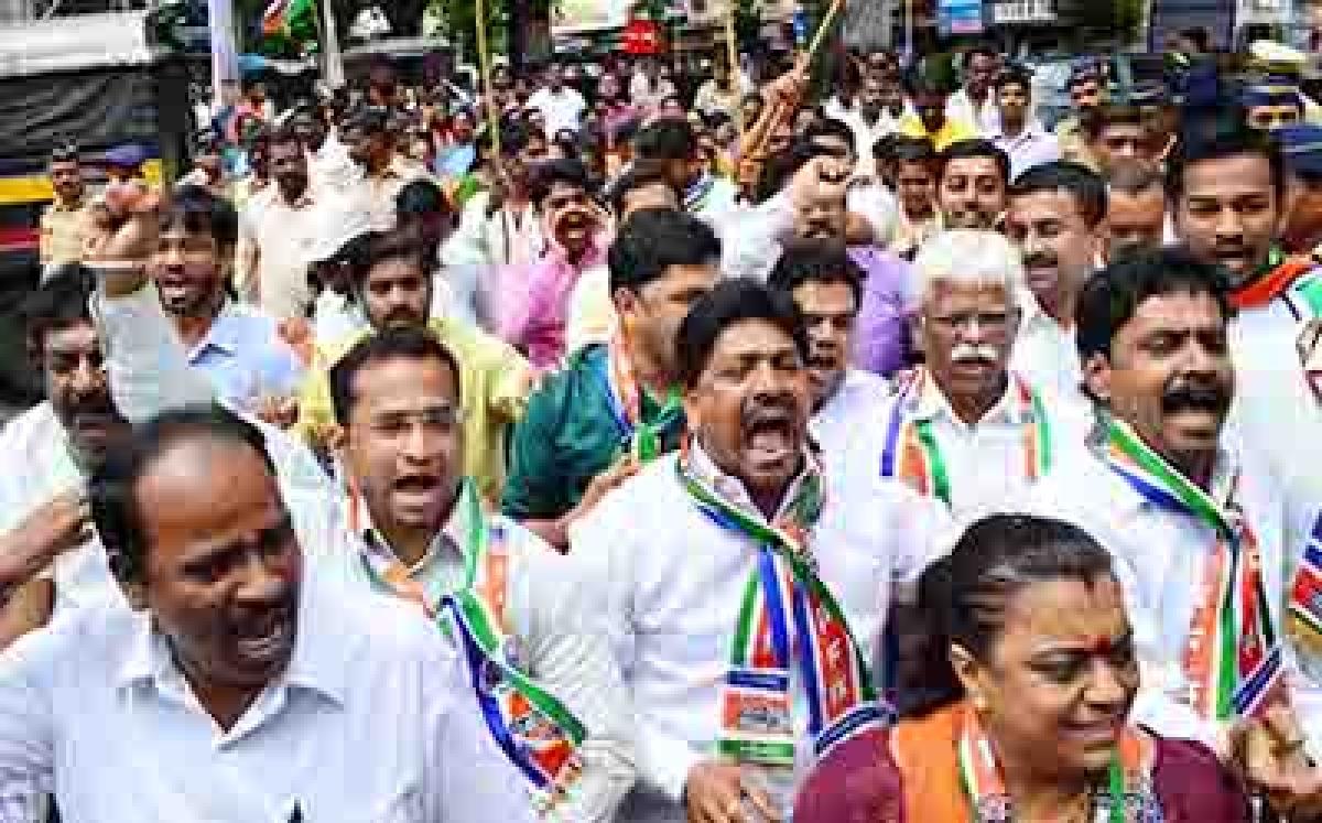 Mumbai- MNS party workers shouted slogan, burn effigy and protest against Sharad Pawar as he opposed Babasaheb Purandare getting Maharashtra Bhushan award at Bharatmata Junction Lalbaug. Photo by BL SONI