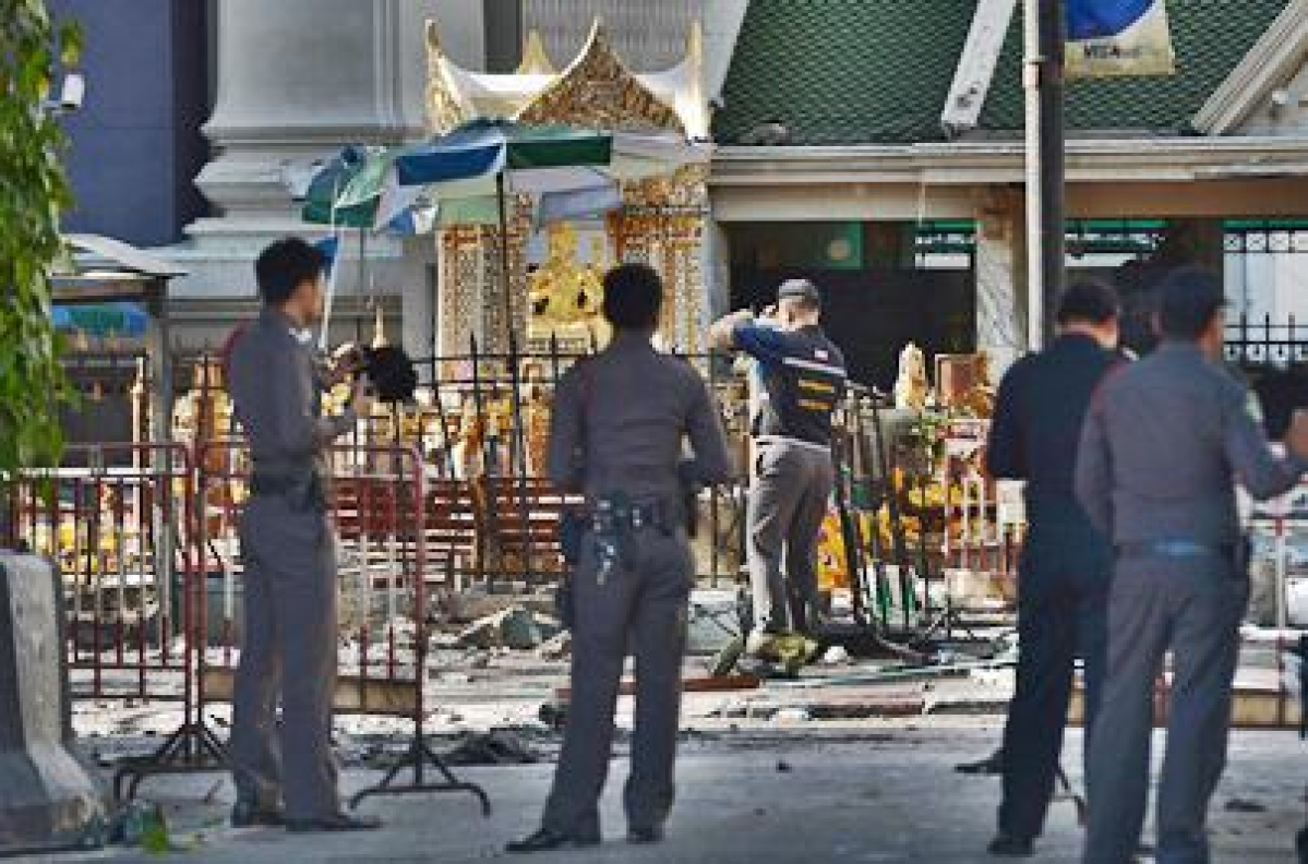 Temple blast: Thai authorities launch hunt for male 'suspect'