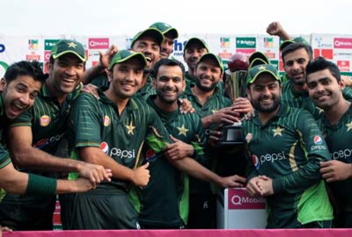 Pakistan players celebrate their series victory during the second of two T20 cricket matches between Pakistan and hosts Zimbabwe at Harare Sports Club,  ON September 29, 2015. AFP PHOTO / JEKESAI NJIKIZANA