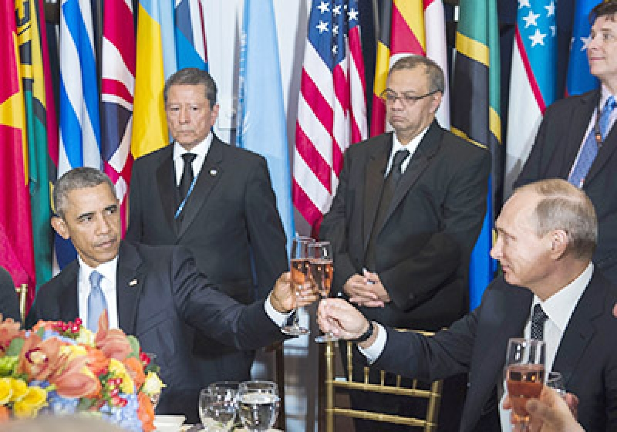 """TOPSHOTS US President Barack Obama(C) toasts with Russian President Vladimir Putin(L) during a luncheon hosted by UN Secretary-General Ban Ki-moon on September 28, 2015 at the UN in New York.  AFP PHOTO / HANDOUT / UNITED NATIONS / AMANDA VOISARD        == RESTRICTED TO EDITORIAL USE / MANDATORY CREDIT: """"AFP PHOTO / HANDOUT / INITED NATIONS / AMANDA VOISARD""""/ NO MARKETING / NO ADVERTISING CAMPAIGNS / DISTRIBUTED AS A SERVICE TO CLIENTS =="""