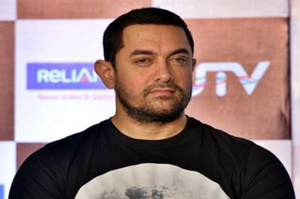 Aamir Khan and Sakshi Tanwar pose with Phogat girls