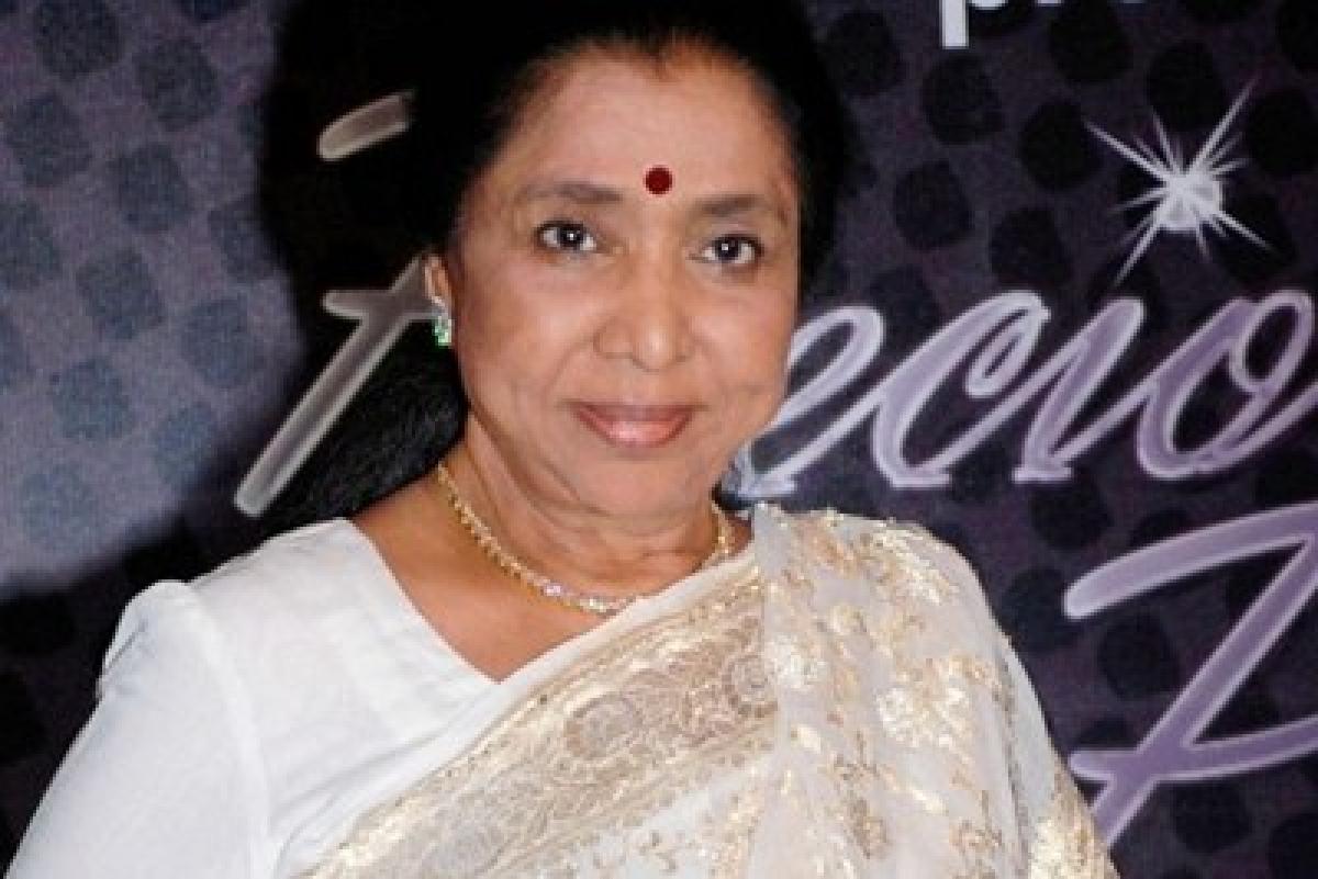 Lata Mangeshkar gives blessings to Asha Bhosle on birthday