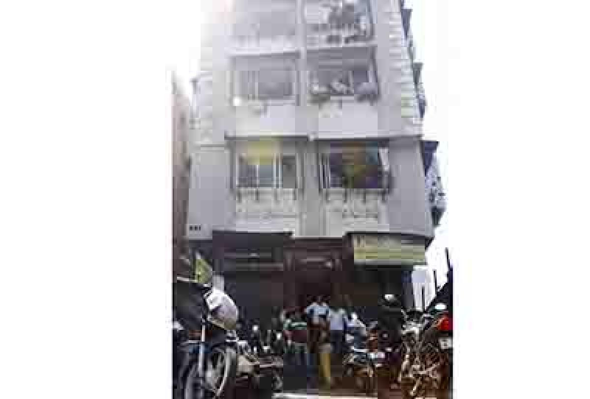 Bldg lift free falls 10 floors, five hurt
