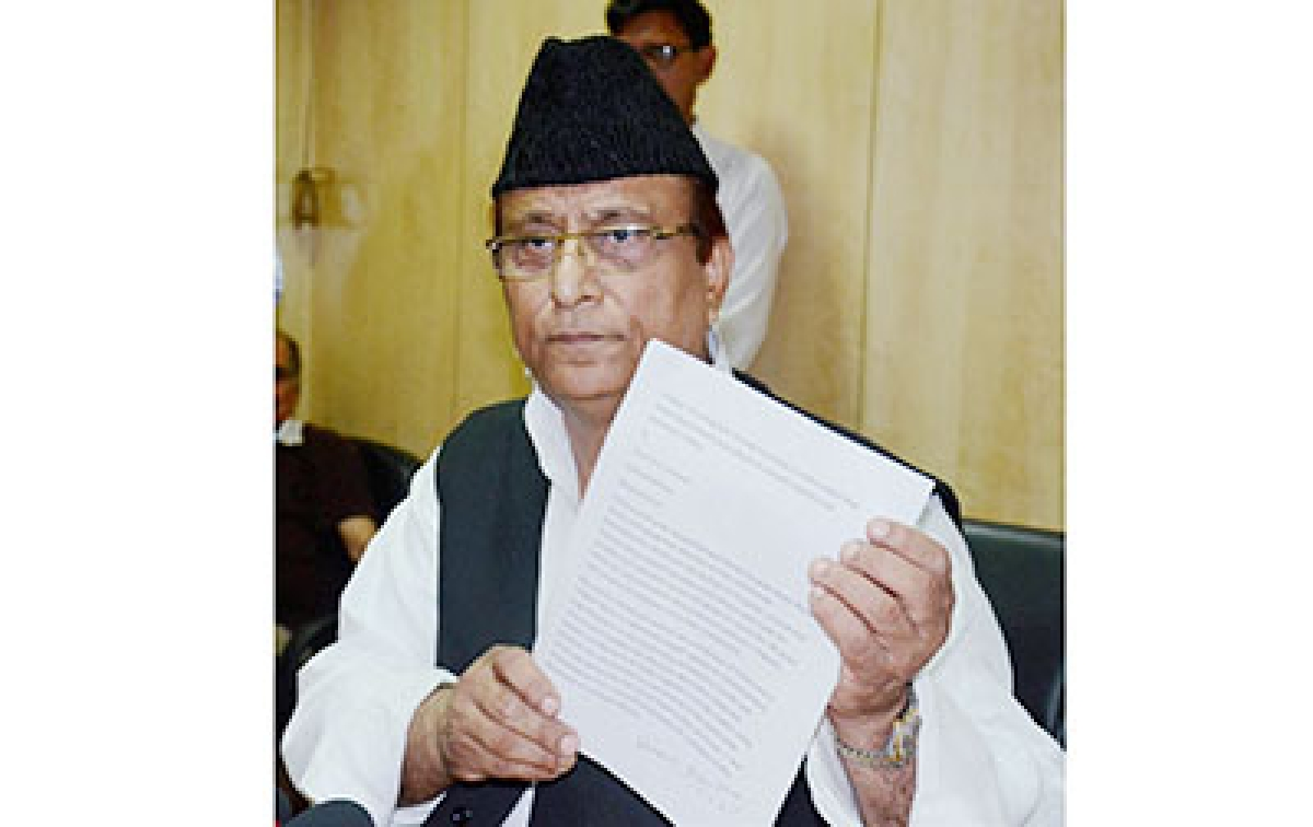 Lucknow: Uttar Pradesh Minister Azam Khan showing his letter written to the UN,  during a press conference in Lucknow on Monday. PTI Photo by Nand Kumar  (PTI10_5_2015_000092B)