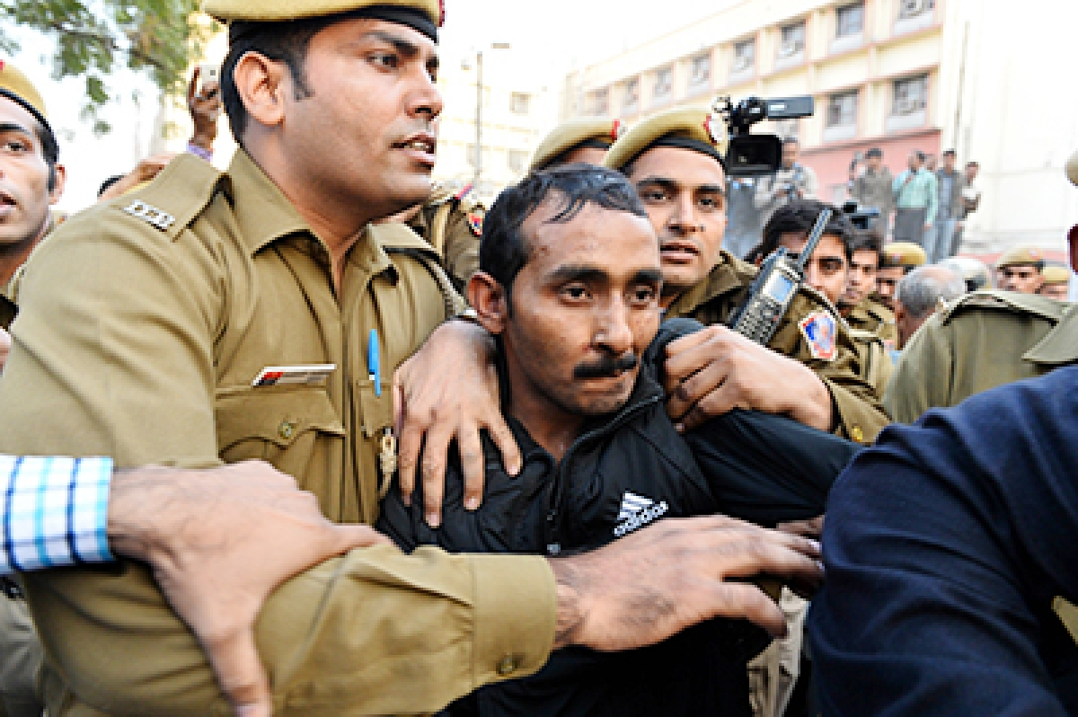 (FILES) In this photograph taken on December 8, 2014, Indian police escort Uber taxi driver and accused rapist Shiv Kumar Yadav (C) following his court appearance in New Delhi.   An Indian court on October 20, 2015, has convicted an Uber driver of raping a young female passenger in the capital last year, his lawyer and the public prosecutor said, in a high profile case that sparked fresh safety fears in a city plagued by sexual violence. AFP PHOTO / CHANDAN KHANNA/FILES