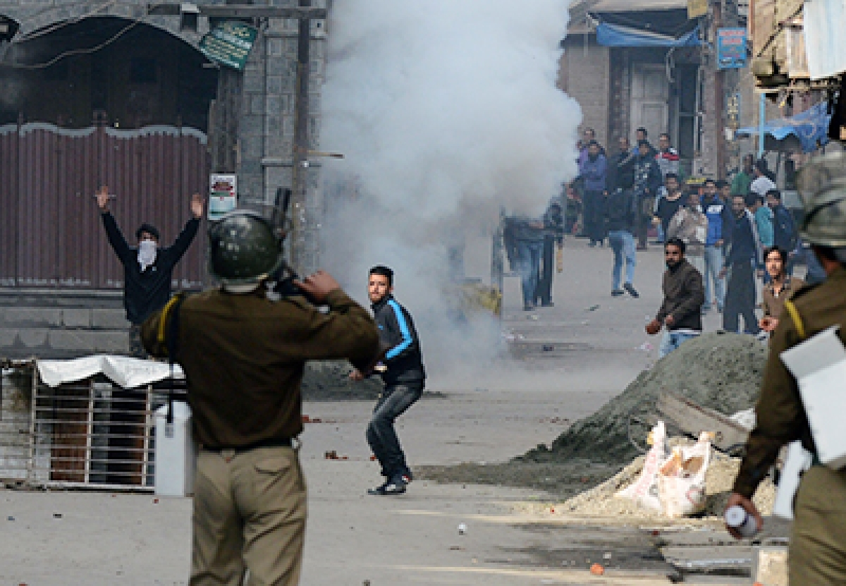 Indian Kashmiri protesters clash with Indian police during a protest in Srinagar on October 20, 2015. Protests erupted after chairman of Jammu Kashmir Liberation Front (JKLF) Yasin Malik was detained by Indian police after meeting with the family of Zahid Rasool Bhat, one of the two victims of a petrol bomb attack on a truck suspected to be involved in the cattle trade. AFP PHOTO/Tauseef MUSTAFA