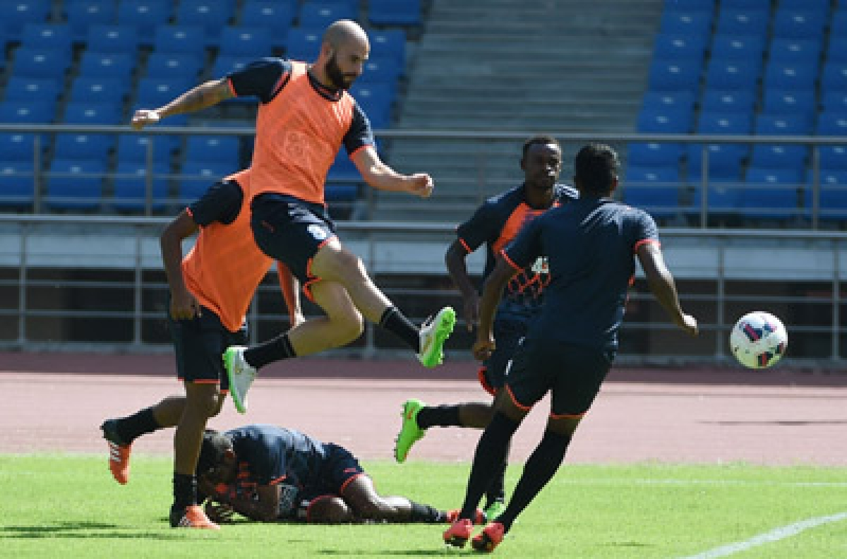 "TO GO WITH FBL-IND-INDIA-ISL, FOCUS BY PETER HUTCHINSON  In this photograph taken on September 30, 2015, Delhi Dynamos FC Dutch-Spanish footballer Hans Mulder (L) controls the ball as he takes part in a training session at the Jawaharlal Nehru Stadium in New Delhi.   India's glitzy super league returns this weekend, but a struggling national team and insufficient facilities in the cricket-mad country means the ""sleeping giant"" of world football is unlikely to stir anytime soon.   AFP PHOTO / MONEY SHARMA"