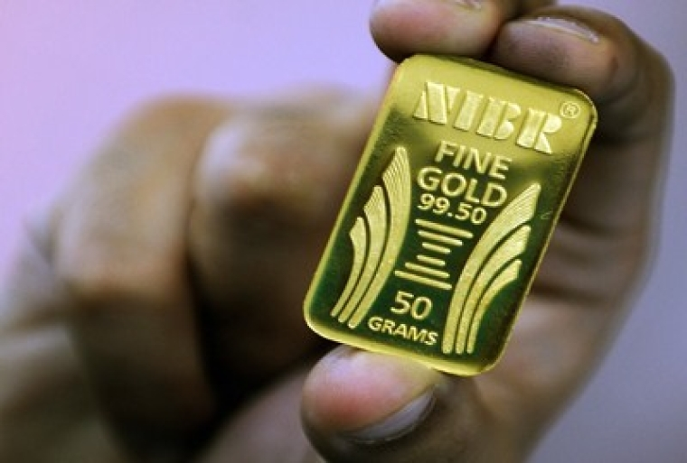 A 50 gram standard gold bar is displayed at the National Indian Bullion Refinery (NIBR)'s gold and silver refinery in Mumbai on November 6, 2009.  The price of gold surged to a record peak of 1,095.80 dollars an ounce at the world market in trading earlier this week in the wake of the International Monetary Fund's massive sale of the precious metal to India. The IMF announced November 3 it sold 200 tonnes of gold to India's central bank over a two-week period in October for a total of 6.7 billion dollars to bolster its finances as it increases lending amid the global economic crisis. India is the world's biggest consumer of gold, importing between 700 and 800 tonnes of the metal every year or 20 percent of global demand.  AFP PHOTO/ Indranil MUKHERJEE